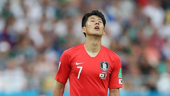输球后,孙兴慜十分落寞。