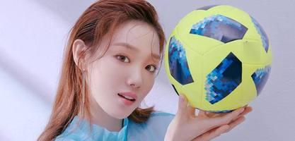 天使面容!名模双手托球力挺韩国