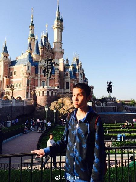 王蕴在迪士尼春游。上海市盲童学校供图