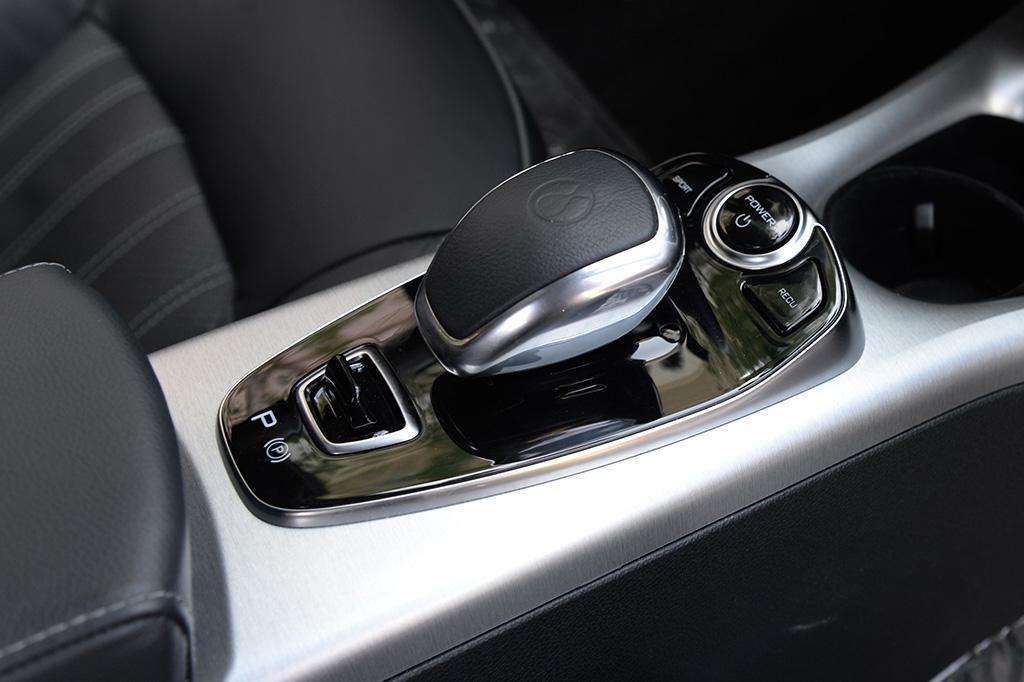 神似AMG车型的电子挡杆