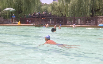"""济南泉水浴场午间遇""""冷""""!水中游泳要谨防晒伤"""