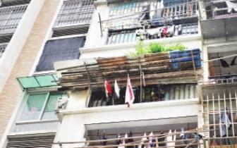 仓山区小区四楼阳台私搭花架 居民担心高空坠物