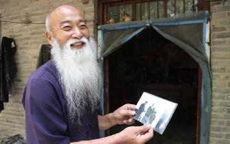 永城七旬老教师为悼亡妻蓄须10年