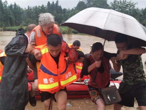 强降雨致5人被困雅安消防成功救援(图)