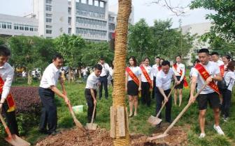 高校师生共栽毕业纪念树 把爱与绿荫留校园
