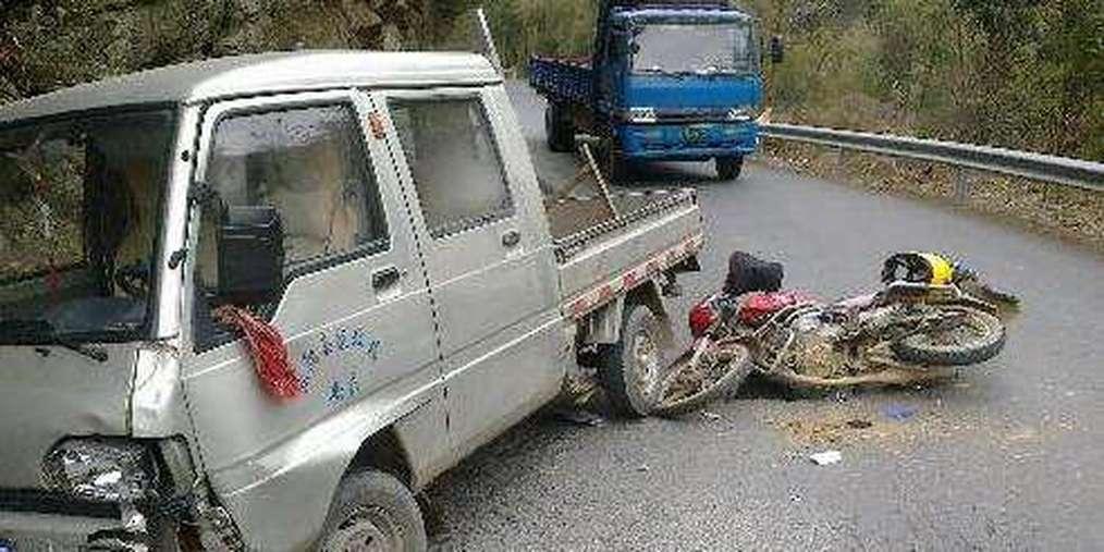 通江一货车与摩托车相撞,2人死亡