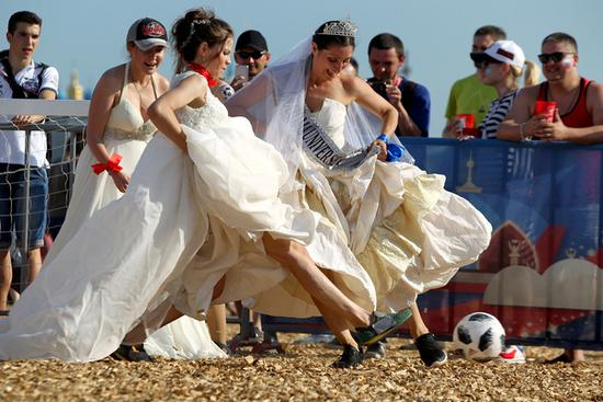谁说世界杯只是男人游戏? 美女戴皇冠穿婚纱跑鞋踢球 大长腿霸屏