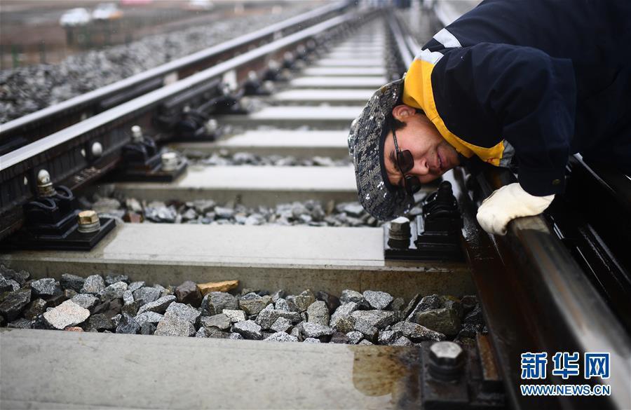 6月30日,青藏铁路唐古拉站附近,青藏集团公司格尔木工务段唐古拉线路车间主任李彪林检查路轨维护状况。新华社记者张宏祥摄