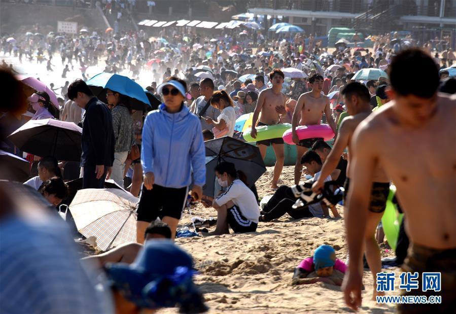 7月1日,人们在青岛第一海水浴场海滩上游玩。
