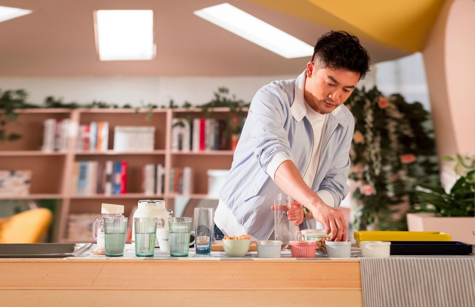 苏有朋加盟《中餐厅》第二季 化身儒雅绅士秀厨艺