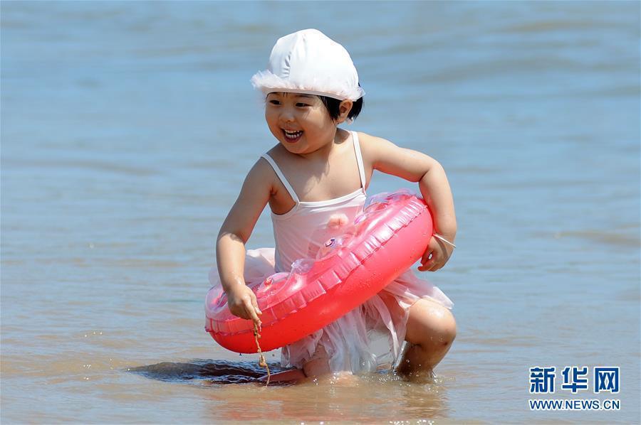 7月1日,一名小朋友在山东省青岛市第一海水浴场戏水。 新华社发(王海滨 摄)