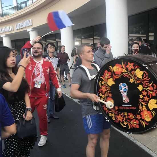 在西班牙国旗旁晒夺金杯TIFO!战斗民族嚣张到爆!80000人分分钟让你聋