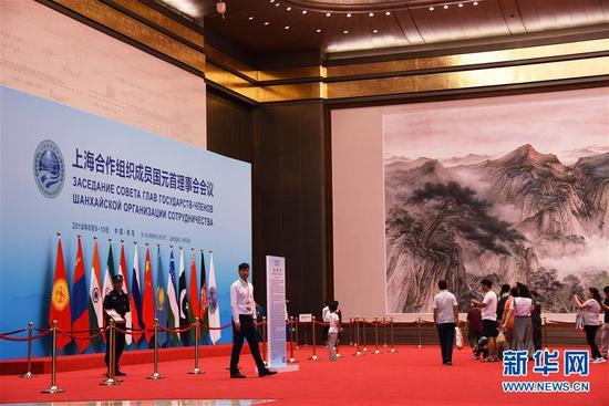 7月1日,游客在青岛奥帆中心内的峰会主会场——青岛国际会议中心内