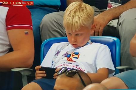 球票那么贵..你却在现场刷手机 世界杯这么无聊?