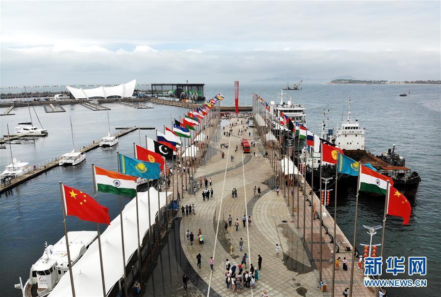 7月1日,游客在青岛奥帆中心旗阵广场游览(无人机拍摄)。 新华社记者 李紫恒 摄