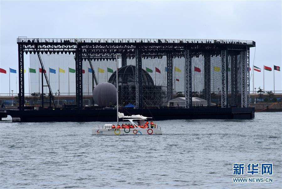 7月1日,游客乘坐游艇从海上观看青岛奥帆中心剧场。 新华社记者 李紫恒 摄
