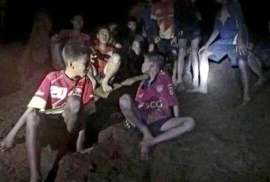 泰国失踪足球队被发现一刻:少年们追问日期连喊饿