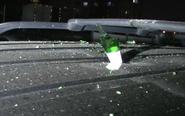 楼上扔酒瓶砸穿路虎车顶