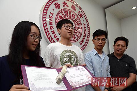 7月3日,生命科学学院2018届的毕业生宿智宵(左1)为杨雨翔同学(左2)发放录取通知书