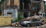 百年老楼坍塌 轿车被砸坏