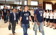 韩国篮球代表团飞抵平壤
