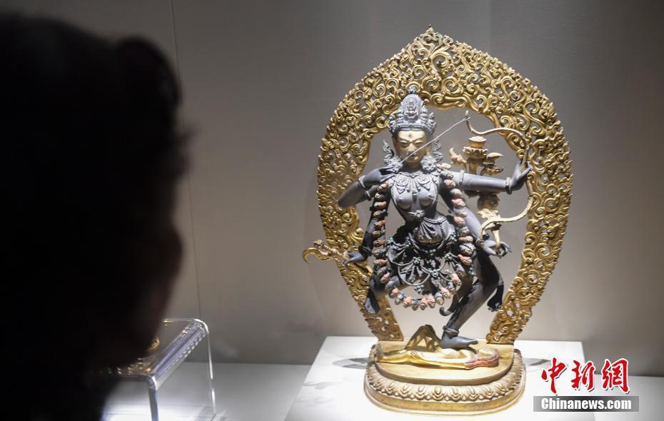 7月3日,观众观赏养心殿佛堂陈列文物。