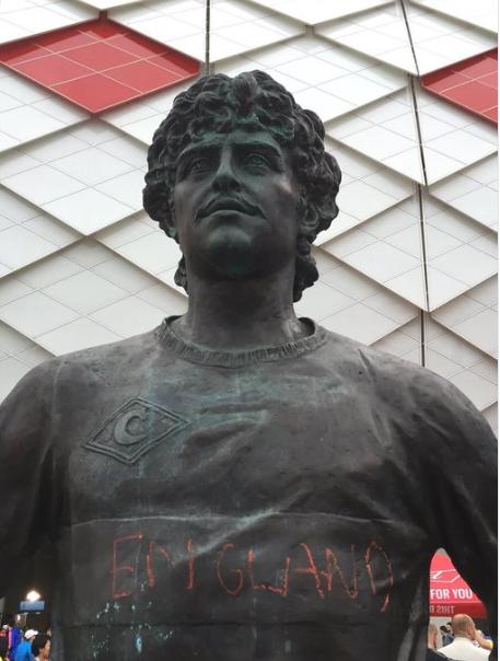 可恶!俄名宿雕像疑遭英格兰球迷涂鸦 网友:皮又痒了?
