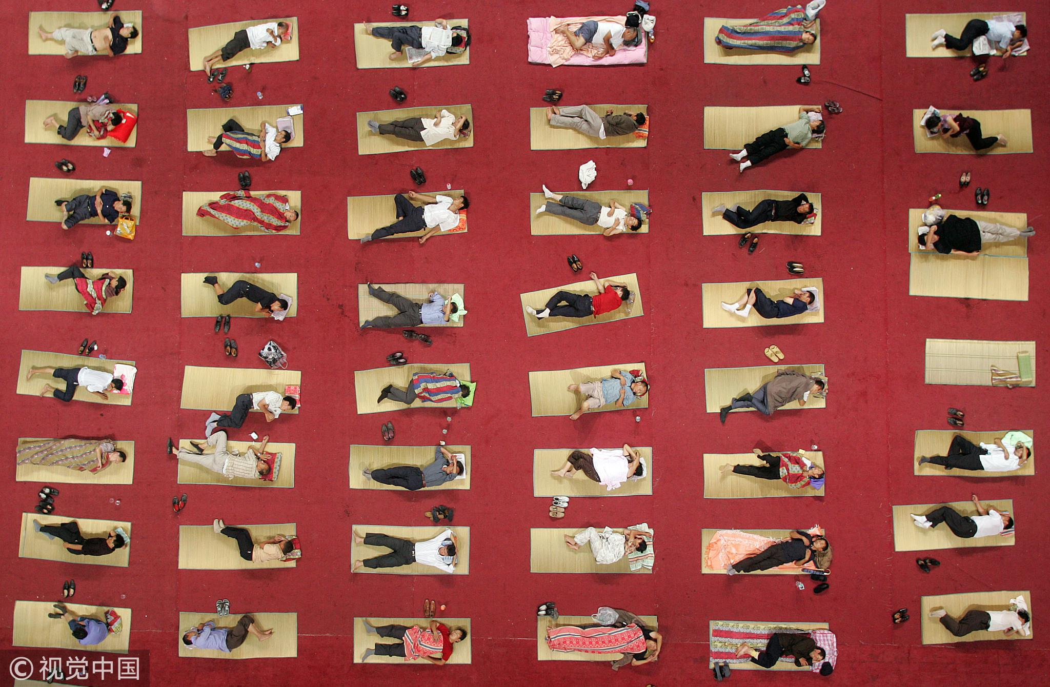 2007年9月3日,华中师范大学在开学首日为350名贫困生家长提供免费住宿。/ 视觉中国