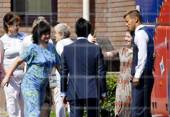 日本队抵达喀山机场回国 连声感谢媒体:你们辛苦了!