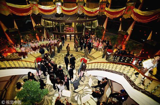 2004年北京某大型奢侈娱乐会所。卡拉OK私人包房有的高达1万美元一晚,1%的男客户会选择性服务/视觉中国