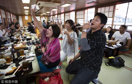 2016年日本东京,顾客乘坐的巡游屋形船,提供餐饮和卡拉ok等娱乐服务供游客消遣/视觉中国