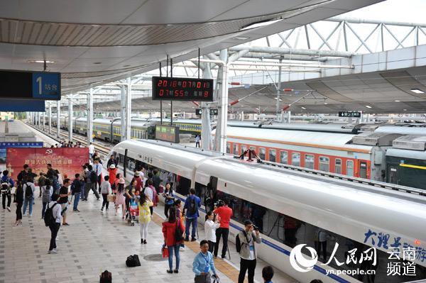 云南:动车首次开进滇西 滇西大地迈入高铁时代