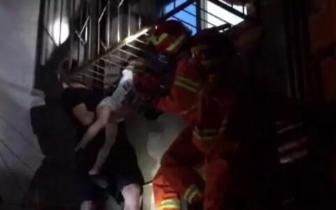 余姚4岁男孩头挂防盗窗外 好心人深夜托举40分钟