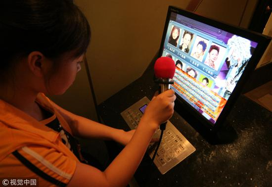"""2006年9月21日,上海娱乐业协会向版权局提议KTV收费标准为1元,大约等于""""意思一下""""/视觉中国"""