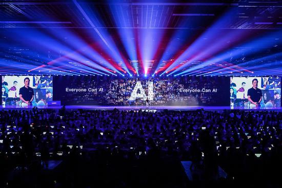 从量产车到芯片,陆奇离职后李彦宏讲起AI新故事