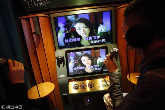 2017年西安一家自助迷你KTV,没有话筒套卫生状况堪忧/视觉中国