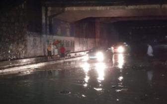 浦口区部分路段积水严重最深达2米 市民需注意绕行