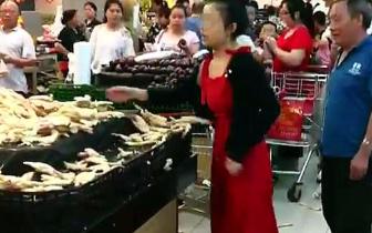 女子因差价争执将超市生姜掀一地 最后买22斤回去
