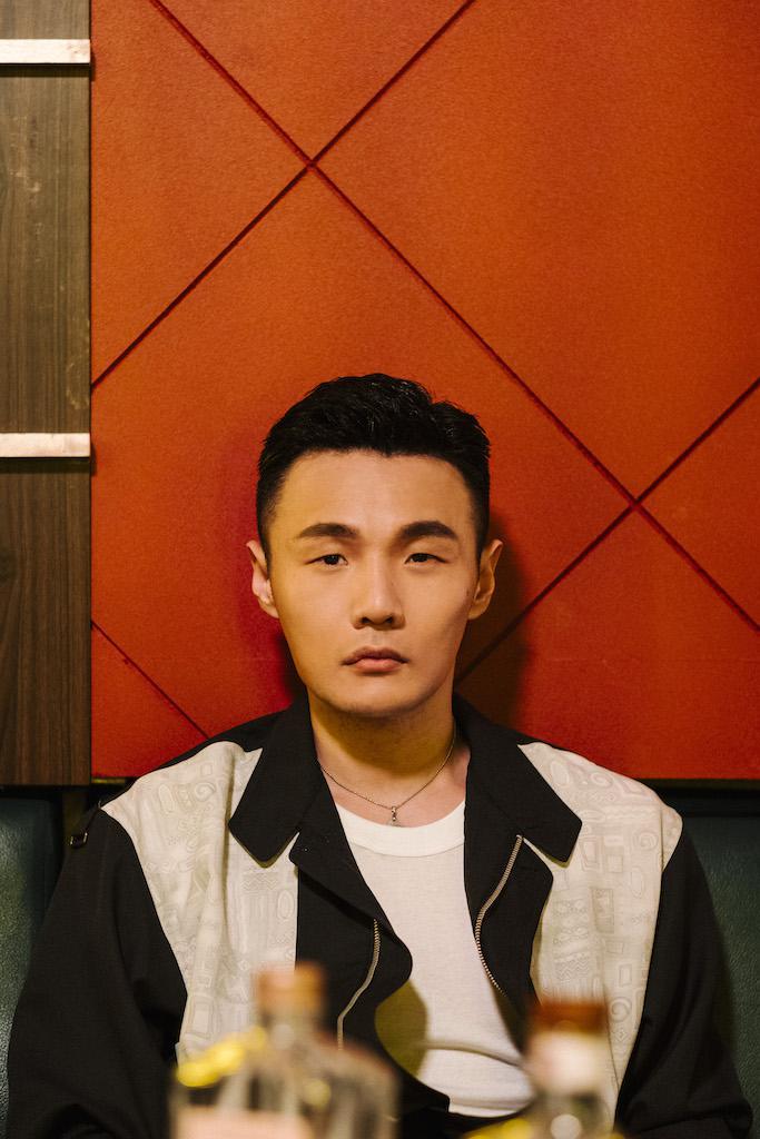李荣浩推《王牌冤家》MV上线 以80年代为蓝本