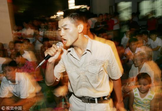 2005年8月杭州西湖举办的一场卡拉OK选拔赛/视觉中国
