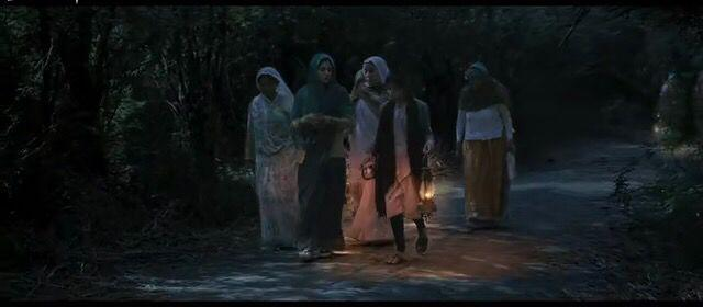 《厕所英雄》剧照:女人提着灯在野外去上厕所