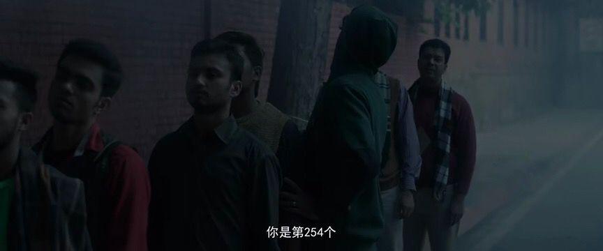 起跑线》剧照:男主拉吉天还没亮就去排队