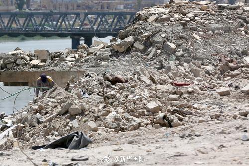 伊拉克摩苏尔战火废墟下已发掘出5千多具尸骸