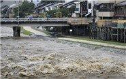 日本遭暴雨袭击河流恐决堤