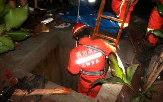 达州女子深夜跌入深井 消防官兵深入井下用肩托出
