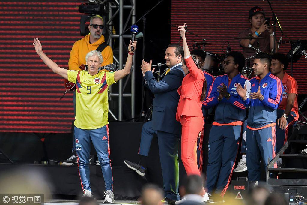 不以成败论英雄!哥伦比亚球迷为球队接风洗尘 场面火爆