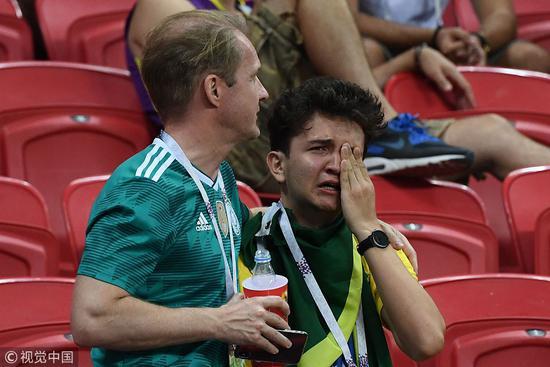 巴比大战赛后暖心一幕 德国球迷安慰巴西痛哭球迷