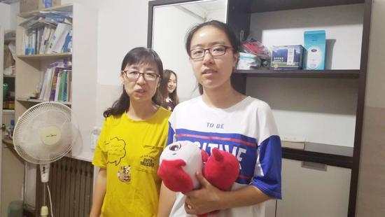 董嘉琪同学(右)和妈妈