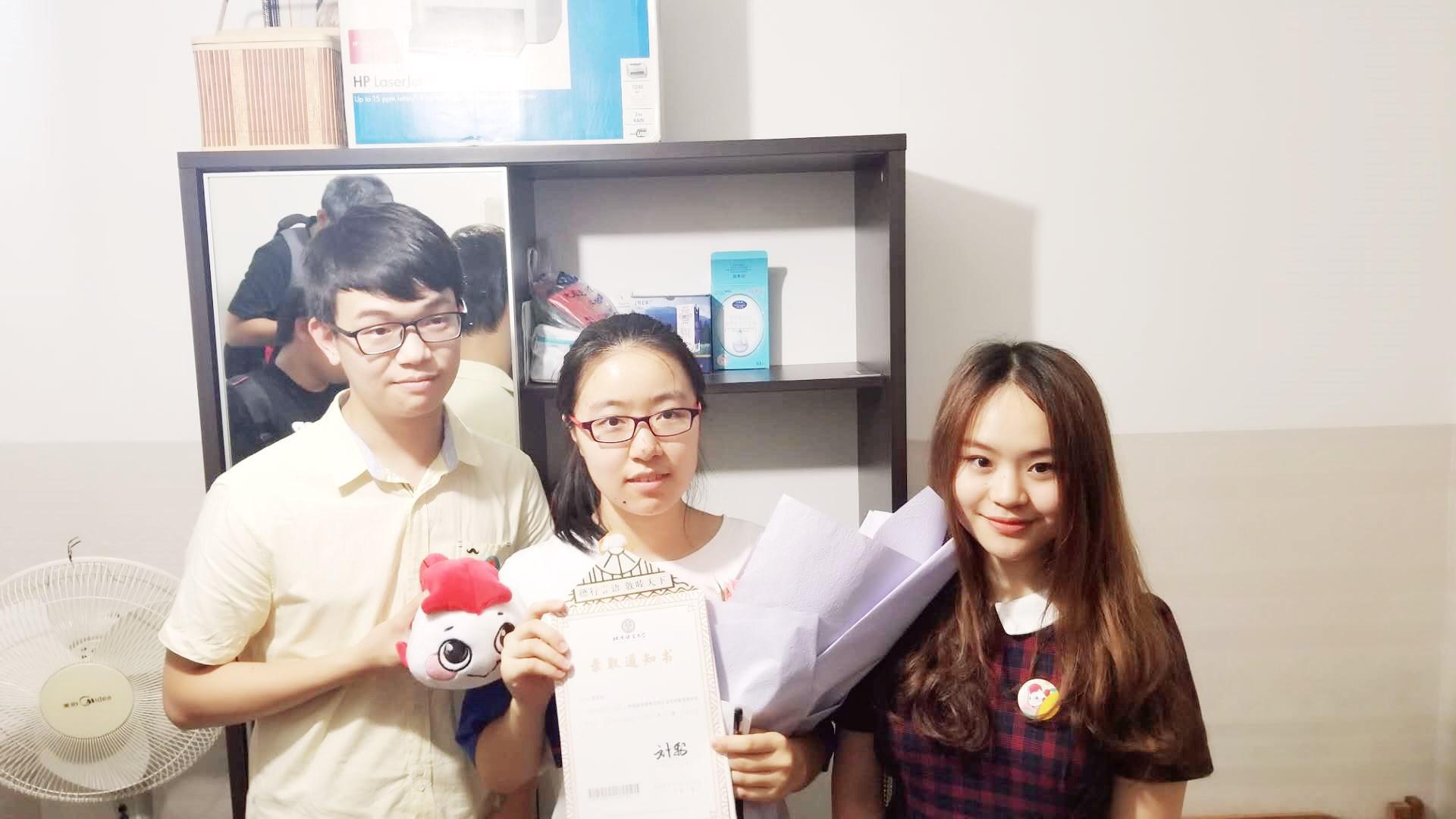 """北语大二同学也来到董嘉琪同学家中,为她送上了""""宝贝鱼""""玩偶"""