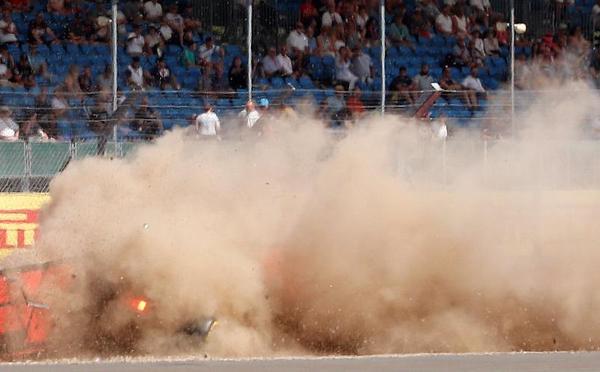 惨!F1英国站车手飞出赛道撞墙 现场浓烟滚滚